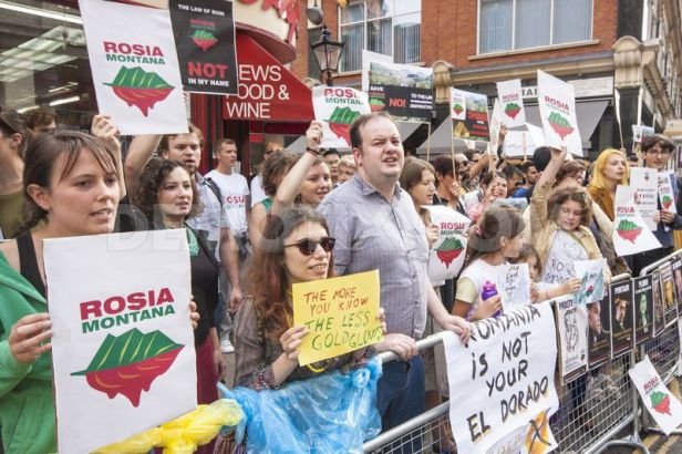 1378061730-romanians-protest-in-london-against-rosia-montana-cyanide-gold-mine_2557663
